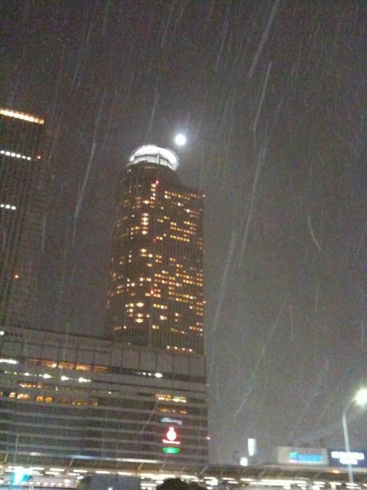 雪降る名古屋駅にて