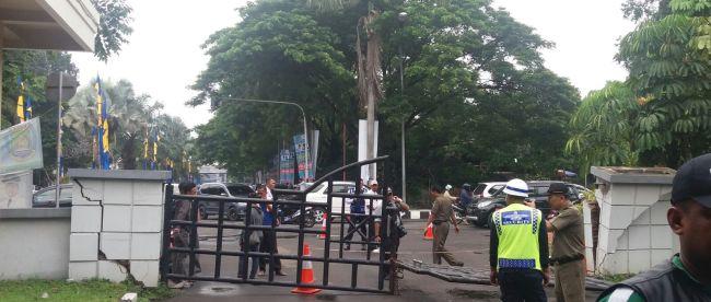 Kericuhan sat unjuk rasa mahasiswa berakibat runtuhnya pagar kantor Walikota Tangerang, Minggu 28/2 (dok. KM)