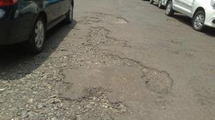 Jalanan yang rusak di lingkungan perkantoran Pemkab Bogor, Cibinong (dok. KM)