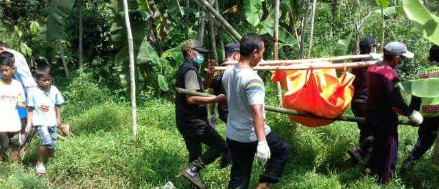 Tim dari kepolisian mengangkut jenazah lelaki tanpa identitas yang ditemukan warga di sungai Cianten, Leuwiliang Sabtu 12/3 (dok. KM)