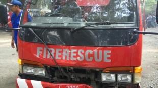 Kondisi truk pemadam kebakaran yang mengalami kecelakaan dengan sebuah motor di bilangan Cimalati, Sukabumi (dok. KM)