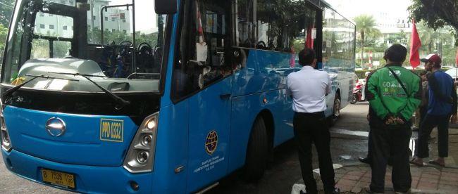 Bus Transjakarta jurusan Tugas-Grogol yang menabrak pemotor di bilangan Jalan Tugu Proklamasi (dok. Putra/KM)