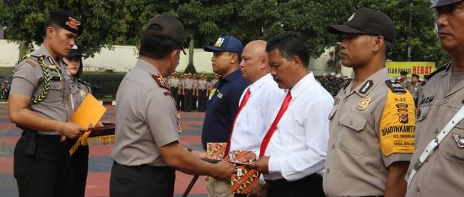 Kanit Reskrim polsek Nanggung Ipda Hartanto Rachim dan Kanit Sabhara Aiptu Nana Jumhana mendapat penghargaan dari Kapolres Bogor (dok. KM)