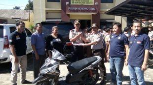 Anggota dari Polsek Nanggung serahkan motor yang berhasil diidentifikasi ke Polsek Bojonggede, Kamis 29/10 (dok. KM)