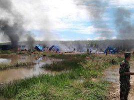 Seorang anggota TNI berjaga-jaga di tempat kejadian kerusuhan antara massa yang tergabung dalam Himpuan Tani Korban Gusuran BNIL dengan anggota Pam Swakarsa PT BNIL, Lampung Minggu 2/10 (dok. KM)