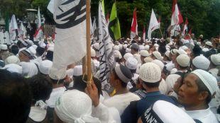 Massa pendemo berkumpul di depan Masjid Istiqlal (dok. Arnadi/KM)
