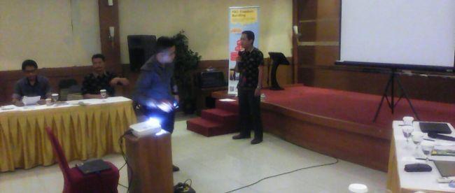 Direktur PT Naufal, Abas, saat memberikan presentasi di hadapan Asosiasi HRD Sukabumi (dok. KM)