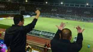 Presiden Joko Widodo saat menonton laga Indonesia lawan Vietnam pada semifinal piala AFF di GOR Pakansari, Bogor (dok. KM)