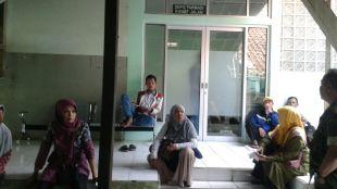 Depo Obat RSUD Sayang Cianjur yang tutup serta sejumlah pasien menunggu kepastian pelayanan farmasi tersebut (dok. KM)