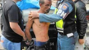 Aparat keamanan menahan M. Ali, sopir kendaraan pick-up yang ditemukan bermuatan 10 karung Ganja di Lampung, MInggu 2/7 (dok. KM)