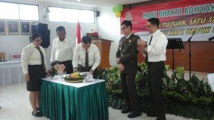 Kajari Kota Bogor Raden Teguh Darmawan potong tumpeng pada acara Bhakti Adhiyaksa ke-57 (dok. KM)