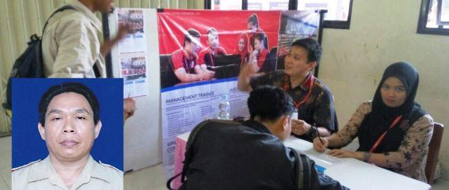 Pencari kerja sedang mengisi formulir aplikasi dalam Job Matching SMK di SMKN 2 Tangerang (Foto insert: Dedi Kurniadi, Kepala Sekolah SMKN 2 Tangerang) (dok. KM)