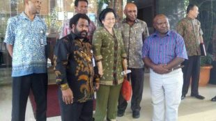 Staf Khusus Presiden RI Lenis Kogoya (kedua dari kiri) beserta tokoh Papua dan Keta Umum PDI Perjuangan Megawati Soekarnoputri (ist)