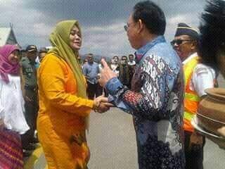 Bupati Bima Indah Dhamayanti Putri berjabat tangan dengan Presdir Sriwijaya Air di Bima, 9/9 (dok. KM)