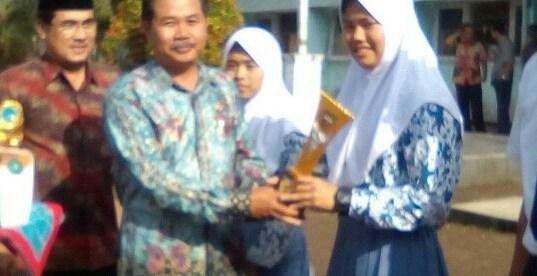 Kepsek Anda Sujana memberikan penghargaan kepada siswanya (dok. KM)
