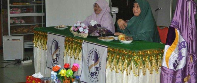 Rita Ariawati sebagai ketua Pengurus Daerah Salimah Kota Langsa bersama ibu Hj. Julita HD.M.Si PW Salimah Aceh dalam memberikan materi,Sabtu 18/11 (dok. KM)