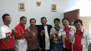 Ketua PWRI Kabupaten Bogor H.Maskan Syarif (tengah) dan Kepala Kesbangpol Kab.Bogor Wawan Darmawan (kiri), Lekat Wartawan BBC (kanan) Jumat 17/11 (dok.KM)