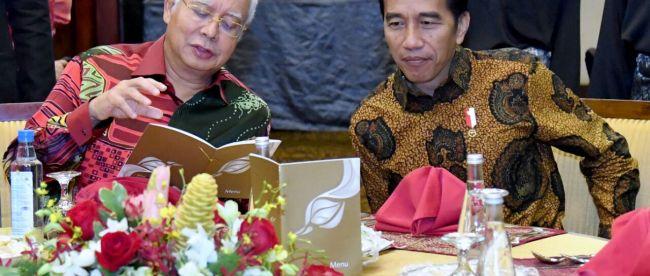Presiden Joko Widodo bersama Perdana Menteri Malaysia Najib Tun Razak di Kuching, 22/11/2017 (dok. Setpres)