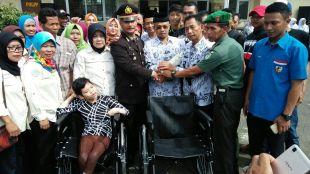 Kapolsek Dramaga menyerahkan 2 buah kursi roda pada peringatan HUT PGRI di Dramaga, Jumat 24/11 (dok. KM)