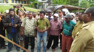 Tetua adat Marga Anni, Daniel Anny (tengah, berbaju hijau) saat pertemuan dengan perwakilan pemda sorong selatan. (dok.KM)