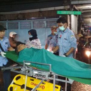 Petugas Dinsos DKI Jakarta membawa kakek Udjan ke RSUD Tarakan, Jakarta Pusat (dok. KM)