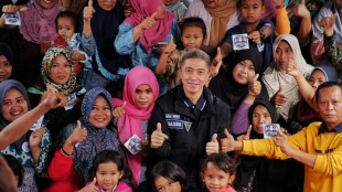Calon Wakil Walikota Bogor Dedie A. Rachim saat bersama warga Kampung Warna-warni, Kelurahan Katulampa, Kota Bogor Sabtu 10/02/2018 (dok. KM)