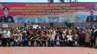 Foto Bersama Jajaran Polresta Bogor, Alim Ulama, dan Tokoh Budaya Kota Bogor Saat Deklarasi Anti Hoax (16/03/2018)