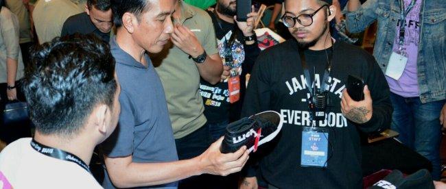 Presiden Joko Widodo berkunjung ke pameran sneaker di Senayan, 3/3 (dok. Setpres)