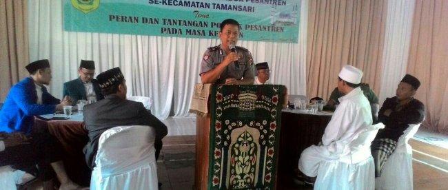 Kapolsek Tamansari, Kabupaten Bogor memberikan sambutan pada acara Silaturahmi dengan pimpinan Pondok Pesantren Se-Tamansari, Sabtu 10/3/2018 (dok. KM)