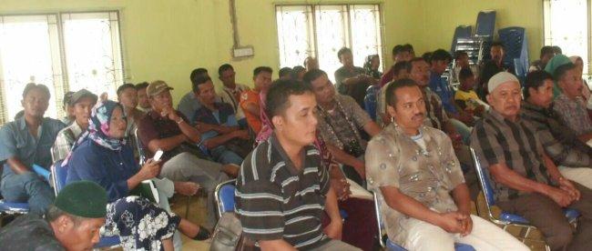 Warga yang menolak untuk menandatangani BAP Ganti Kerugian lahannya saat mendengar penjelasan dari Tim PPK/PUPR - BPN Riau (dok. KM)
