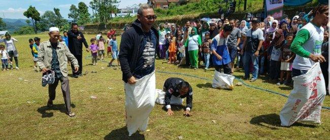 Cawabup Bogor Iwan Setiawan mengikuti lomba balap karung bersama warga Desa Bantarkaret Kecamatan Nanggung, Minggu 18/3 (dok. KM)