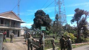 Aparat dari Satpol PP, Kepolisian dan Koramil saat pembongkaran tower tidak berizin di Desa Sukamantri, Tamansari, Kamis 15/3 (dok. KM)