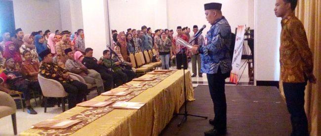 Ketua Panwaslu Kecamatan Tanah Sareal Supriantona Siburian saat membacakan sumpah kepada PTPS, MInggu 3/6/18 (dok.KM)
