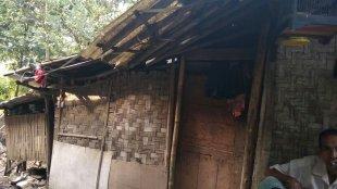 Kondisi rumah Kakek Sadiran di Desa Karang Tengah, Kecamatan Pagedangan, Kabupaten Tangerang (dok. KM)
