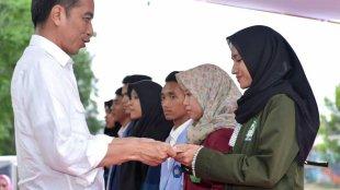 Presiden Joko Widodo menyerahkan bantuan bagi warga terdampak gempa di Lombok, NTB, Kamis 18/10/2018 (dok. KM)
