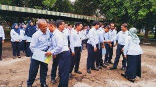 Dirum PDAM Tirta Asasta Depok, Ee Sulaeman (kedua kanan) saat memberikan penghargaan (Foto: Istimewa).
