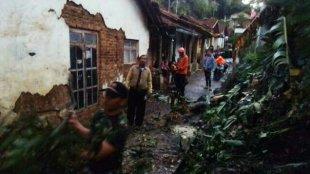 Tampak beberapa rumah warga yang rusak akibat angin lisus yang terjadi di Sirampog, Brebes, Selasa, 15/1/2019 (dok. KM)