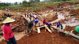 Aparat dan warga bekerjasama membangun jembatan di Salem Brebes pada 23-25/1/2019 (dok. KM)