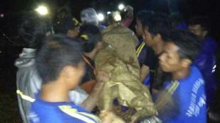 Korban tertimbun longsor Wartini (61) tertimbun longsor dievakuasi tim TNI, BPBD, Tagana dan warga masyarakat di Watukumpul Pemalang pada Sabtu dini hari (23/3) pukul 00.30 (dok. KM)