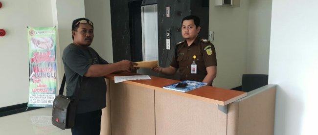 Sopyan Huseng saat menyerahkan laporan dugaan korupsi anggota DPRD Kutai Timur di Kejaksaan Tinggi Kaltim (dok. KM)