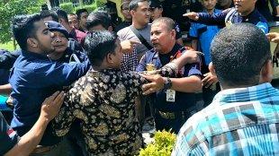 Perwakilan ormas yang ingin bertemu dengan Direksi PTPN I Langsa dihadang oleh para petugas security yang berjaga, Kamis 9/5/2019 (dok. KM)
