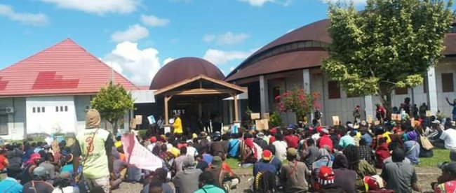 Massa aksi menolak DOB Baru di Papua depan kantor DPRD Kabupaten Nabire, Rabu 2/7/2019