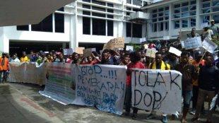"""Aksi massa """"Mahasiswa dan Rakyat Papua"""" menyampaikan aspirasi kepada parlemen Papua di depan Kantor DPRP, Rabu 17/7/2019 (dok. KM)"""