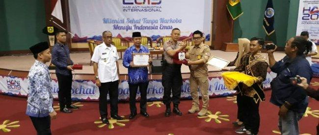 Penyerahan plakat oleh Kepala BNN Kabupaten Bogor kepada Sekda Kabupaten Bogor dan Kasat Narkoba Polres Bogor (dok. KM)