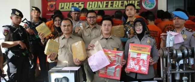 Kasat Narkoba Polres Bogor AKP Andri Alam Wijaya melaksanakan konferensi pers ungkap pabrik ekstasi rumahan, Jumat 19/7/2019 (dok. KM)