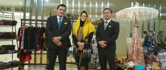 Pose Bersama Pembatik dan Manajemen Hotel Santika Depok di lokasi Batik Expo (dok. KM)