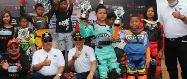 Para juara Kebumen Cup Kejuaraan Nasional Grasstrack 2019 berfoto bersama dalam acara yang diselenggarakan di Sirkuit Wonoyoso Kebumen pada 24- 25 Agustus 2019