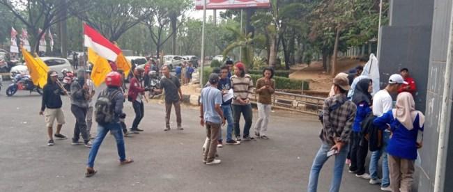 Aksi mahasiswa di depan Kantor Bupati Bogor, Kamis 15/8/2019 (dok. KM)