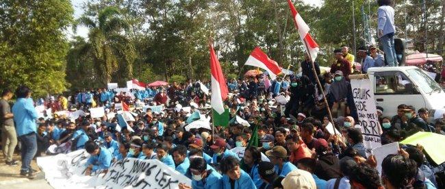 Demonstrasi mahasiswa Babel di depan Gedung DPRD Provinsi Babel, Senin 30/9/2019 (dok. KM)