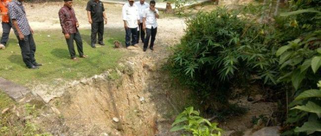 Keuchik dan pihak BPBD Langsa saat meninjau lokasi longsor di Gampong Pondok Keumuning.(Dok.KM)